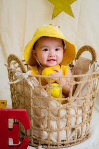 habiller son bébé avec un pyjama chaud et confortable
