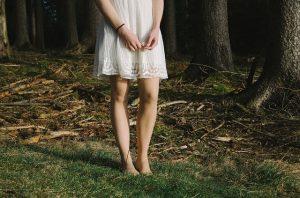 bracelet cuir au poignet et joli robe